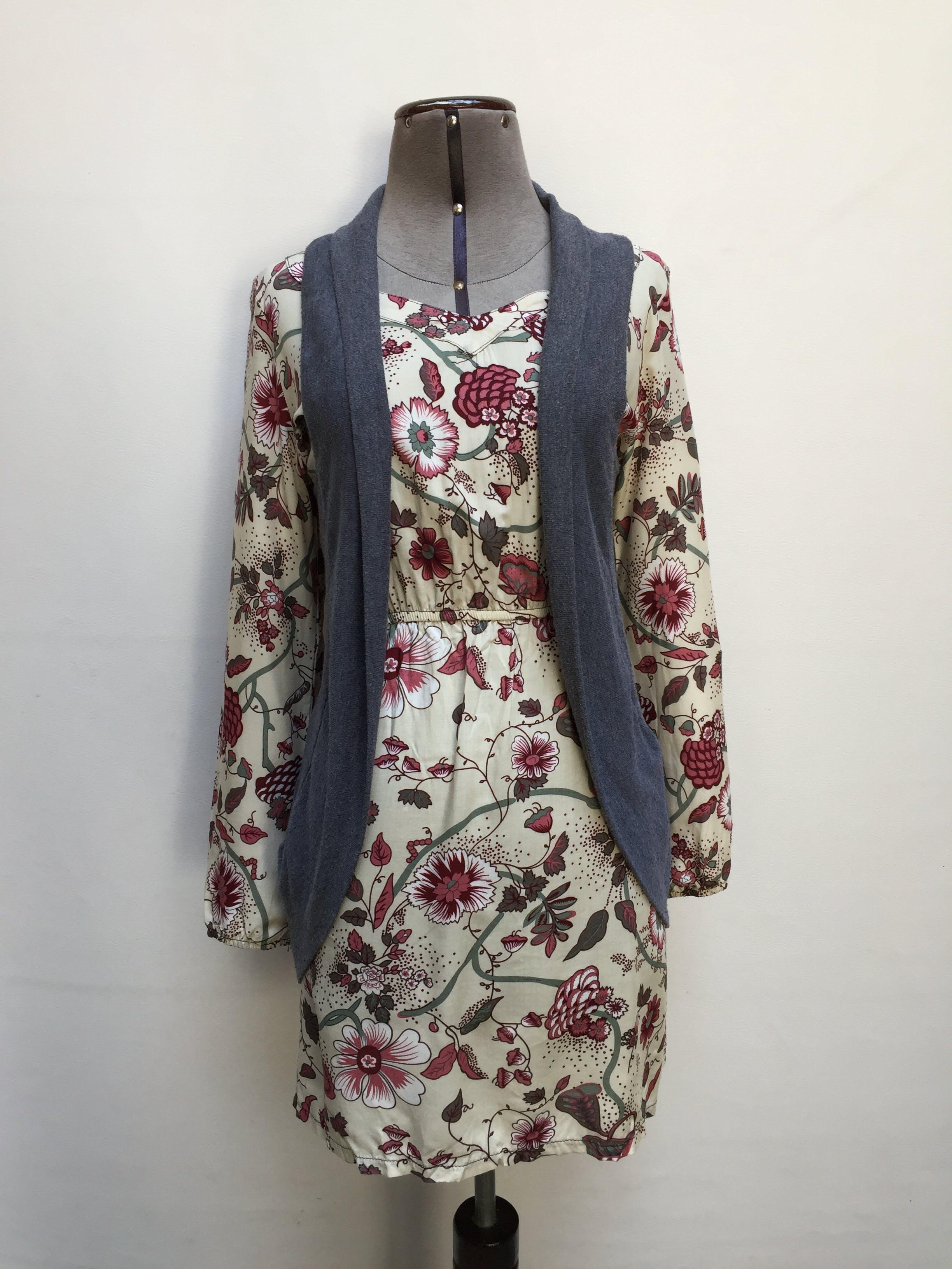 Vestido crema con estampado de flores rosadas y guindas, elástico en la cintura y puños, bolsillos laterales en la falda. Fresco! Talla S